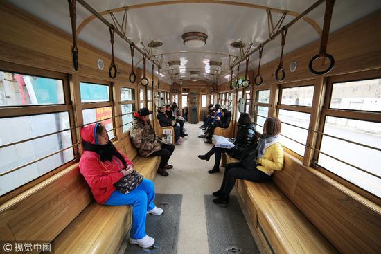 大连东关街老电车,至今仍投入使用 / 视觉中国