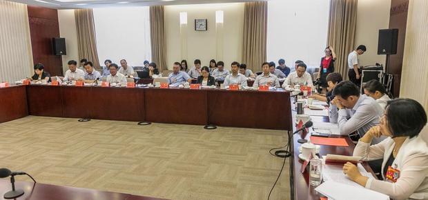 北京十二次党代会进行分团讨论,审议报告