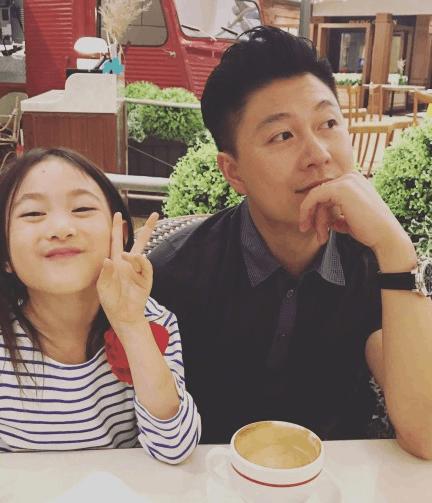 李小鹏和女儿享受下午茶 奥莉比V卖萌可爱爆棚