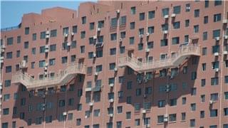 济南一大楼悬50米高楼梯 路人直呼心惊胆战