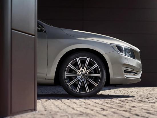 2018款S60L进取版采用了竖幅进气格栅设计和全新十幅轮圈