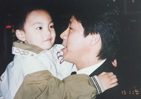 7岁背着教练苦练艾弗森绝技,12岁被杜锋带到广东,20岁新疆娃今掌控宏远指挥阿联