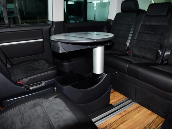 2017款迈特威2.0TSI七座四驱尊享版车内的折叠会议桌