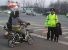 肥乡一路口执勤交警带孩子执勤 这是怎么回事?