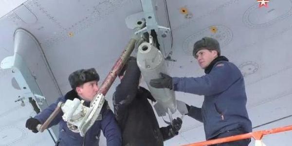 俄罗斯伊尔76大运机翼下挂炸弹要干嘛?
