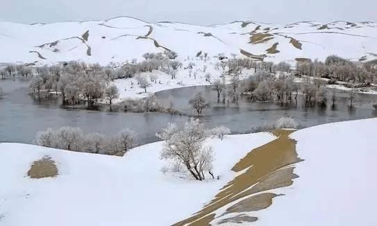 """新疆的沙漠下雪了 这才叫""""冰与火之歌""""!"""