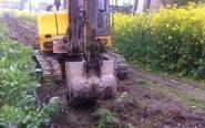靖江多处油菜地遭不明人员用挖掘机碾压