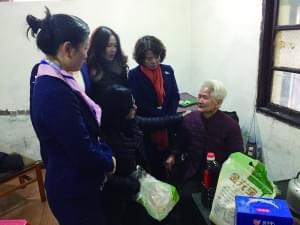 73岁退伍老人向困难户捐赠物资 完成老伴遗愿