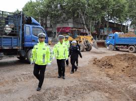 绛县公安局副局长杜英杰督导城中街道改造工作