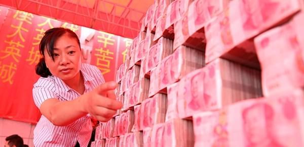 企业堆钱山发工资:民工拿麻袋装钱