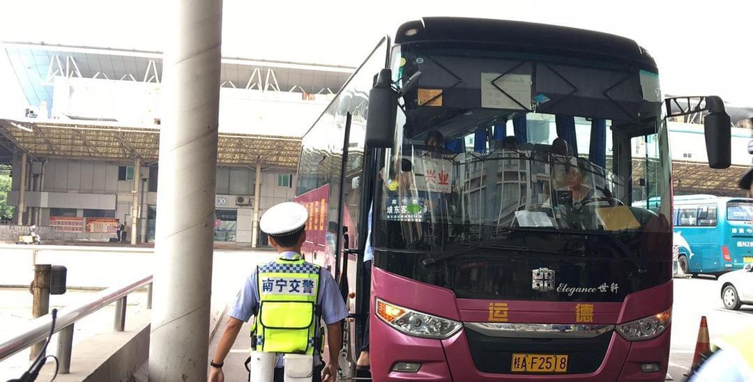 南宁交警九大队整治客车不系安全带行为