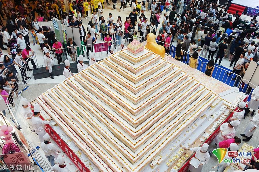 """5吨重""""金字塔""""蛋糕亮相 市民排队免费品尝"""