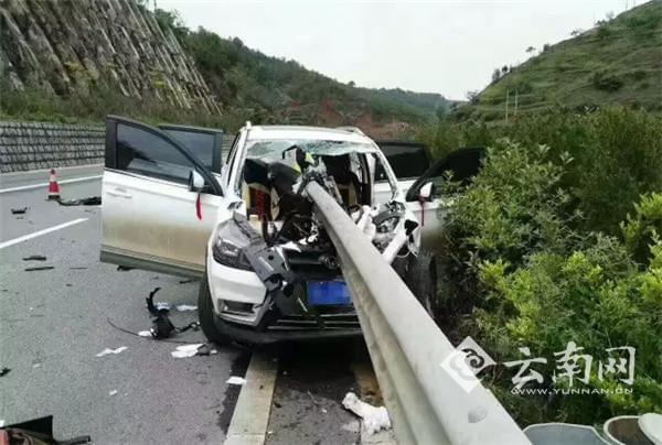 惨烈车祸现场:护栏刺穿越野车致1死2伤