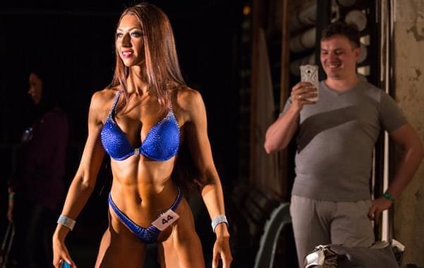 俄健美比赛肌肉男女秀身材