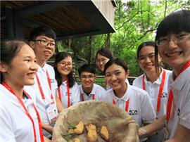 海峡两岸青年相聚福州 为大熊猫制作美食