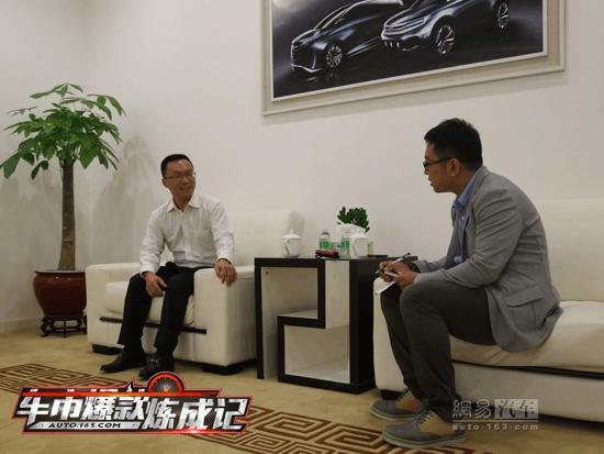 GS8项目副总监杨荣山(左)接受网易汽车采访