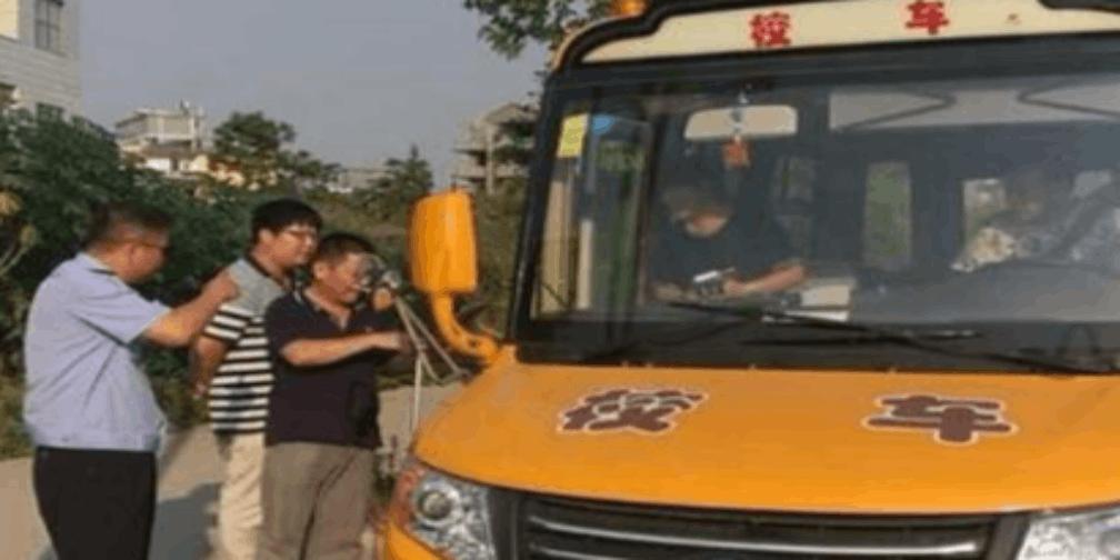 校车未按规定停靠上下学生 驾驶员被处罚