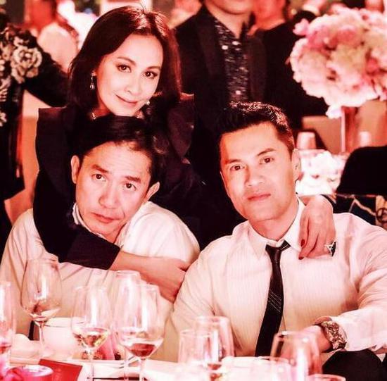 刘嘉玲夫妇和吕良伟合照