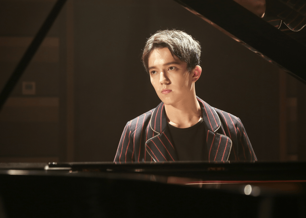 迪玛希《饭饭男友》秀钢琴技 首次演奏中文歌