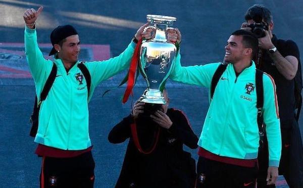 C罗携欧洲杯冠军衣锦还乡 为老家球迷点赞