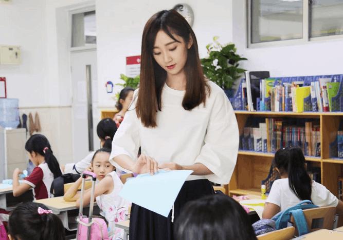 魏小也现身小学做公益  被赞为别人家的老师