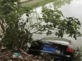 福州一辆奥迪车为避让行人和货车 冲入内河
