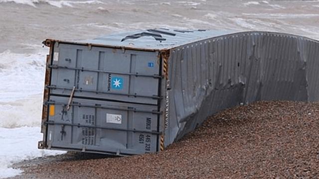 海滩飘来一个集装箱 里面装的东西居然是…
