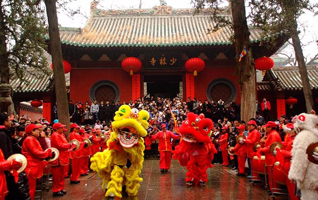 春节嵩山少林喜迎开门红  传统民俗表演看呆外国游客