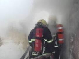 居民楼内沙发着火冒黑烟 消防破窗排险情