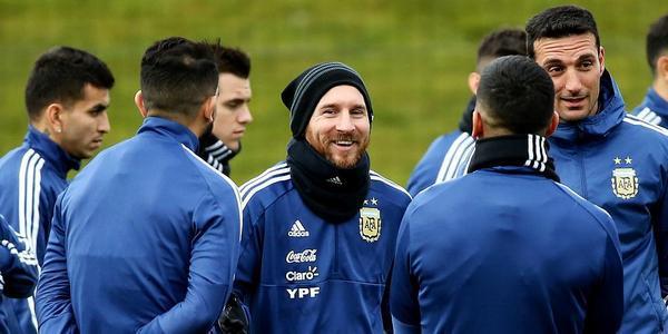 阿根廷积极备战 梅西化身队宠遭队友包围