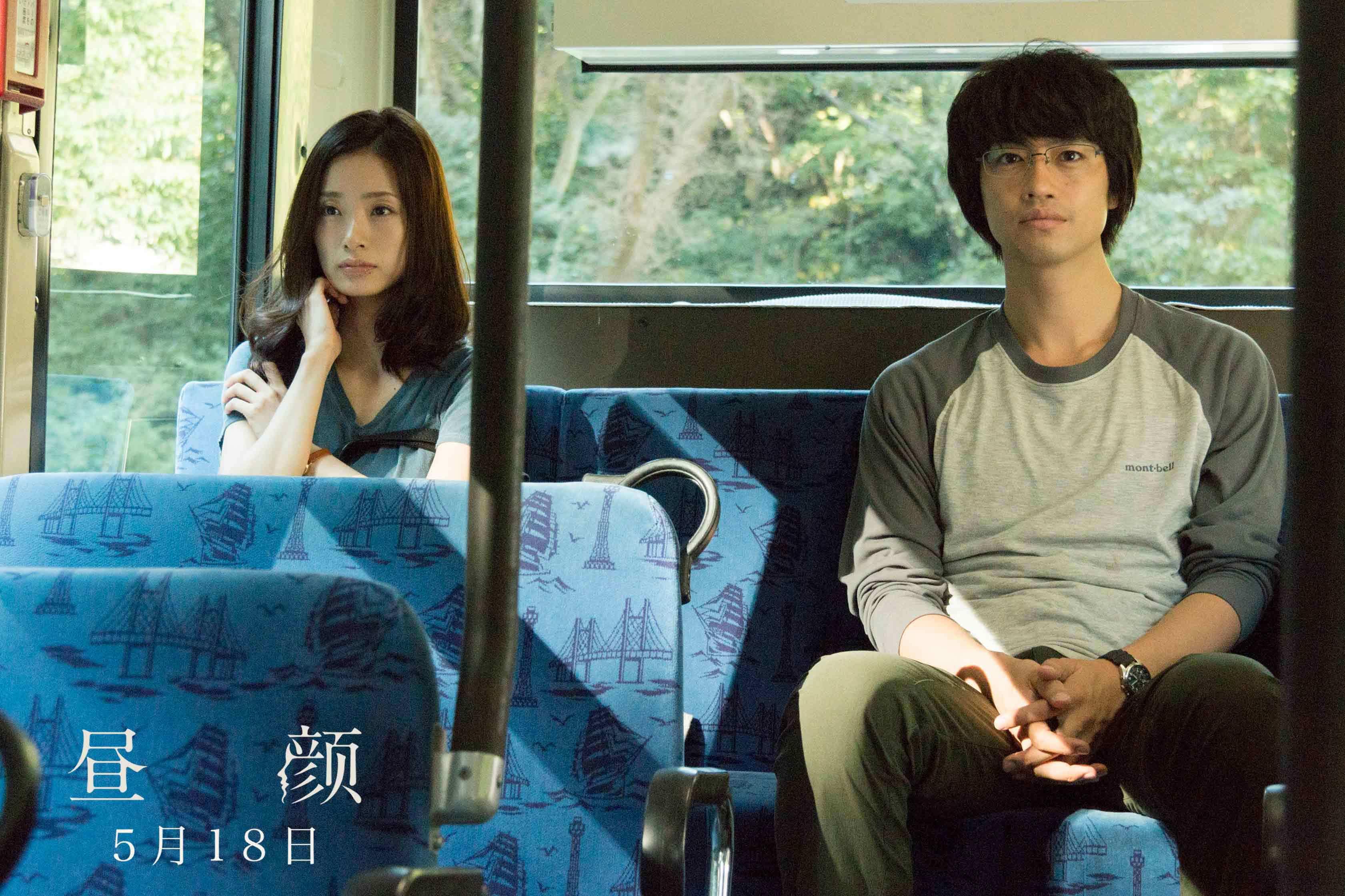 【剧照】纱和与北野在公交车上