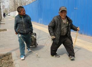 11岁男孩地铁口乞讨 爷爷用绳子拴着防走丢