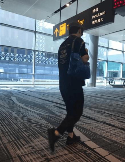 林依轮机场遇故障飞机晚点 疲惫瘫坐地上让人心疼