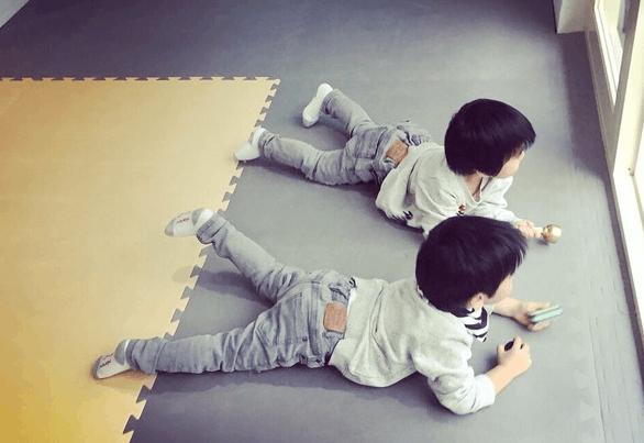 一眼分辨!林志颖双胞胎儿子相似穿搭藏巧思