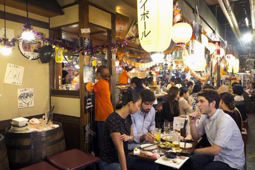 法律上没有硬性规定 餐厅加收服务费到底合理吗?