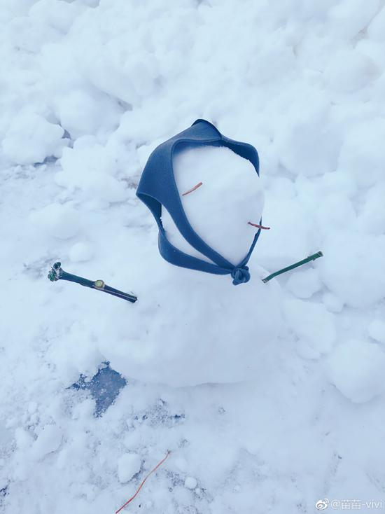 网易娱乐1月30日报道 近日,苗苗在个人社交平台发布了一组在北海道堆雪人的照片,照片中,她穿着厚厚的羽绒服,戴着滑雪镜,在一尺多深的雪地里堆了个迷你小雪人,将口罩当做小雪人的帽子,甚是可爱。过了一把雪瘾的她还甜笑比V跟小雪人合影。对此,久未降雪的北京地区网友表示深深的羡慕嫉妒恨,有网友留言:雪人跟你一样可爱、这只雪人儿的帽子有点儿潮啊,还有网友叮嘱她注意保暖:带个手套啊,手冻红了。