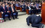 韩国议员当选代表磕头致谢