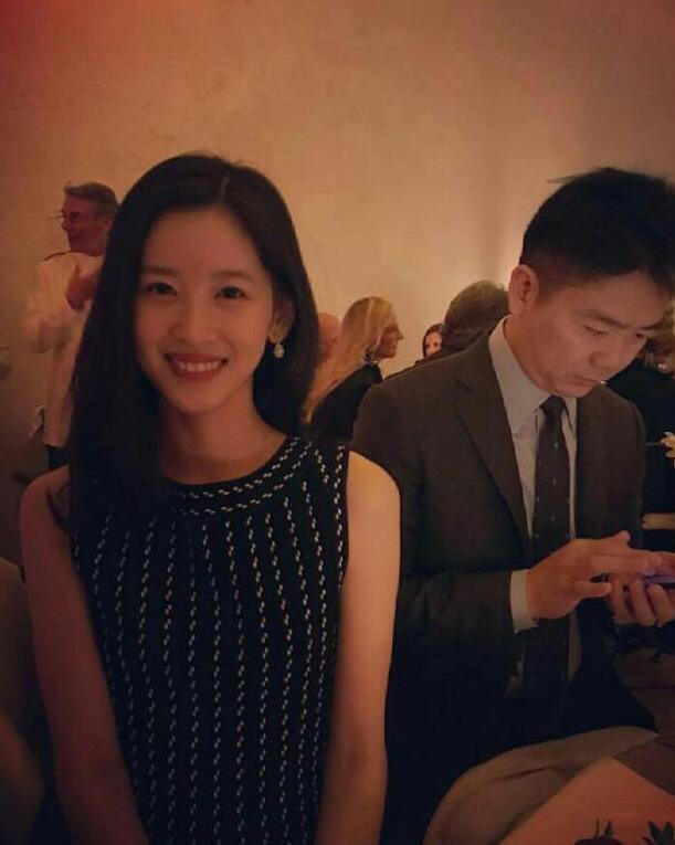 网友偶遇刘强东章泽天 女方露甜美笑容男方玩手机