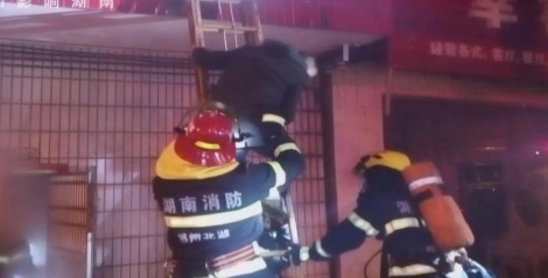 郴州一居民熏制腊肉不慎引发火灾 一家3人被困
