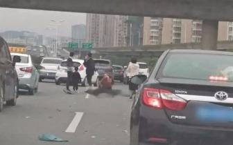 福州福湾大桥一电动车闯入机动车道被小车撞飞