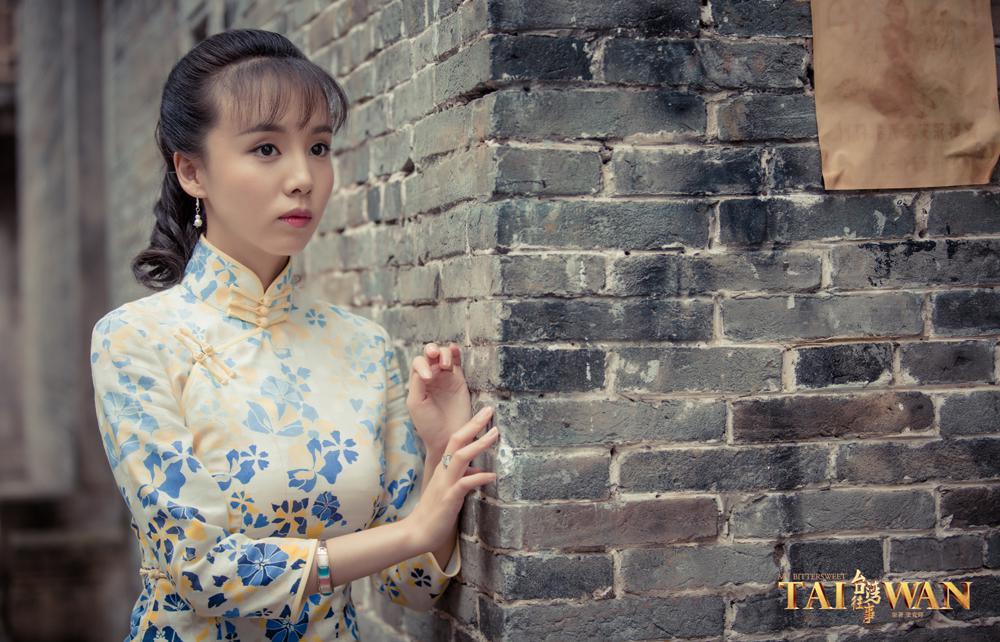 刘熙彤看向远方似思考问题