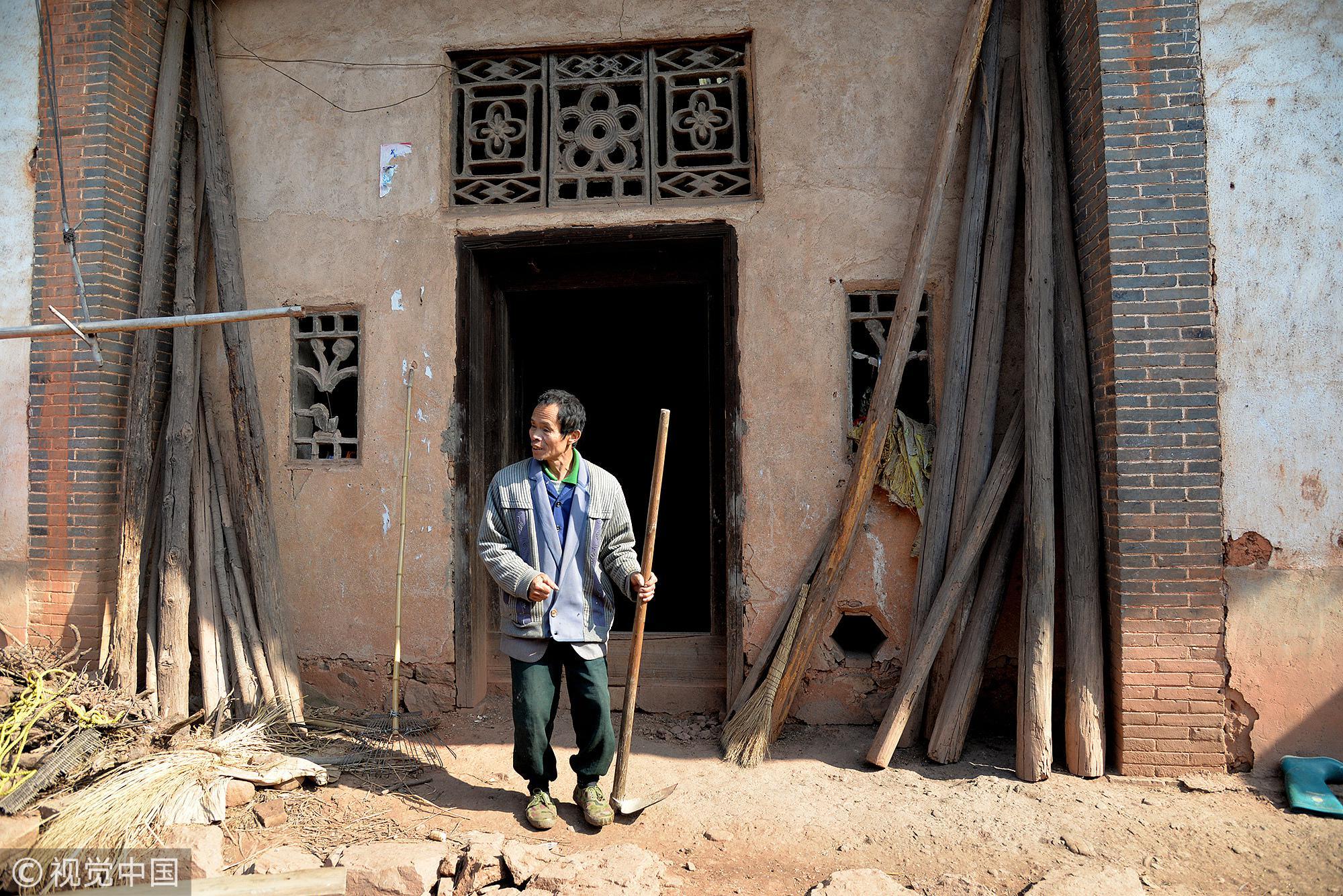 范德万,生于1958年,江西省赣州市榕江新区潭口镇三观村人。因从小患有视力残疾,现是二级残疾人。由于身体的缺陷,范德万直到44岁才娶妻生子,两人相依为命,靠捡剩饭剩菜度日。/视觉中国