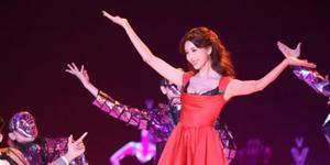 林志玲穿红裙边跳边卖萌