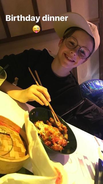 小贝三儿子吃中餐过生日 果然帅哥的朋友都是帅哥