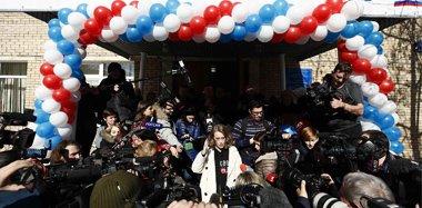 俄美女总统候选人现身投票被媒体包围