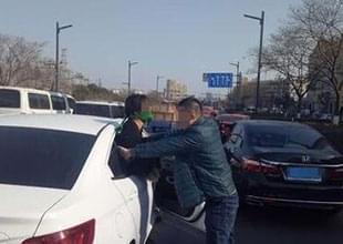 女子被绑从车中探身求救 男子拼命往回塞
