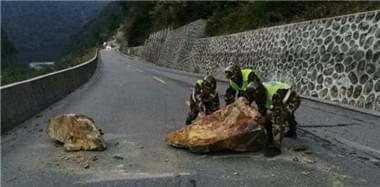 西藏林芝发生6.9级地震 武警紧急展开救援