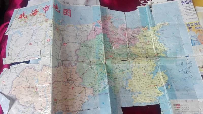 """""""这是第三份地图了,拿着地图寻找妈妈,地图翻破了就再买一份。"""""""