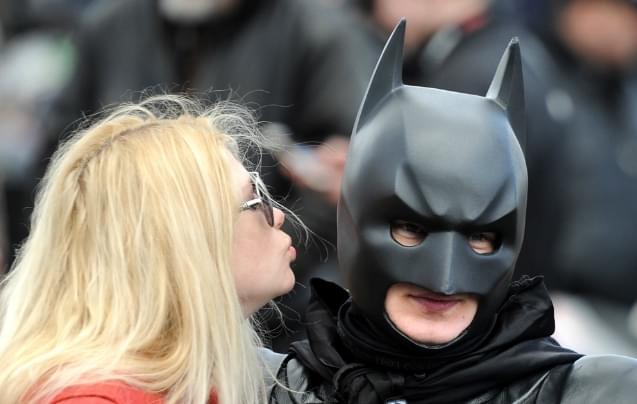 白俄罗斯骑手蝙蝠侠造型亮相 美女献上香吻