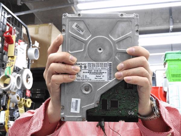 老外翻出远古5.25英寸硬盘:4.3G速度不如U盘